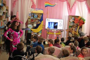 Myroslava Yarkova'16 giving puzzles to kids